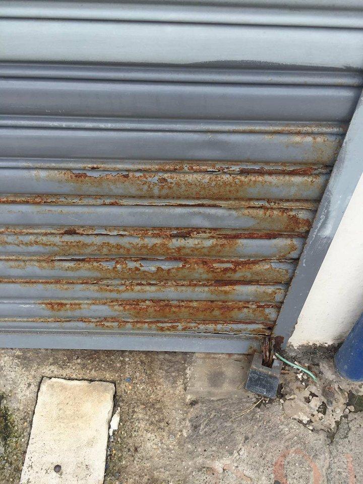 Portón tipo cortina metálica oxidado en Cartago- Reparación