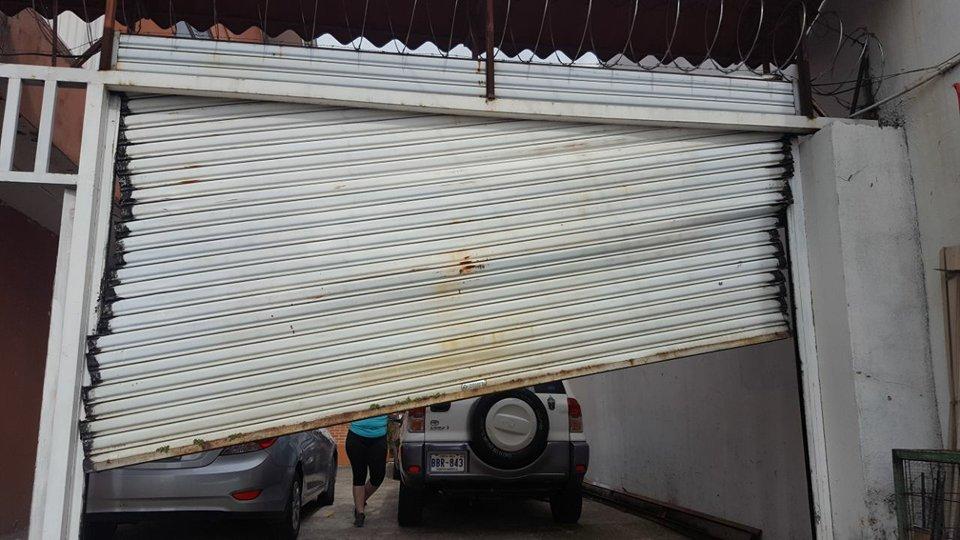 Reparación de cortina metálica. Se nota que tiene algún tiempo ya de estar instalada y ahora tuvo una avería.