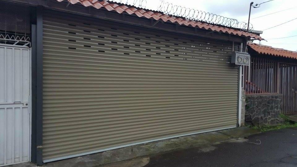 Cortina metálica como portón de garaje