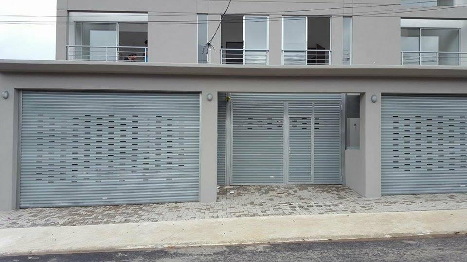 Instalación de cortinas metálicas con láminas mixtas, para casas