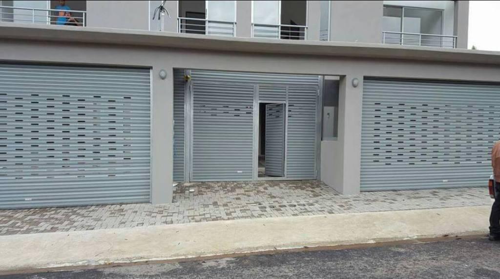 instalación de cortina metálica para casas