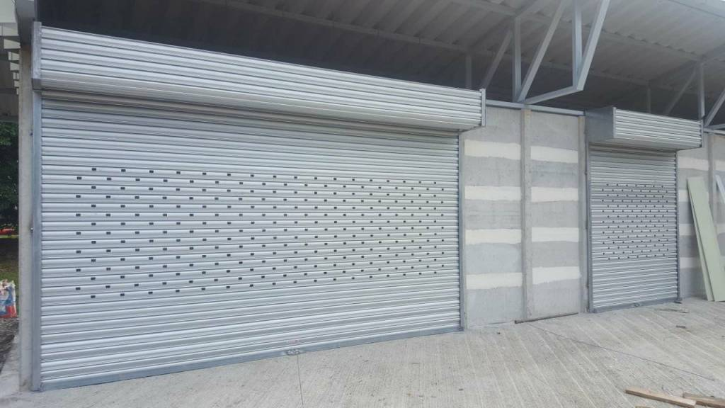 cortinas arrollables de aluminio con láminas perforadas