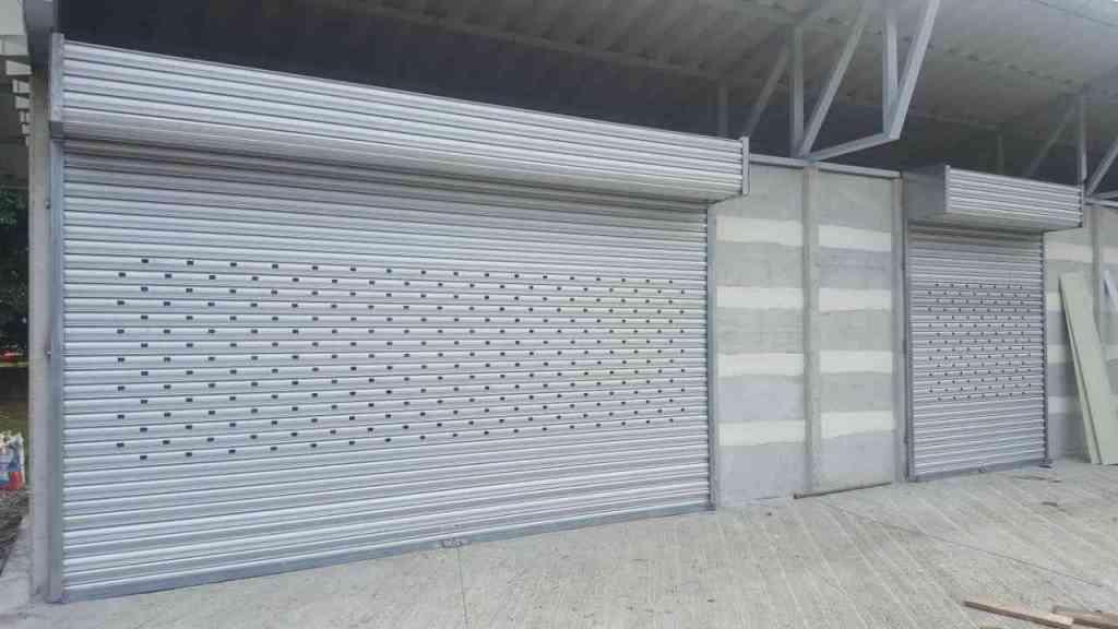cortina arrollable de aluminio instalada en Recope, procincia de Limón