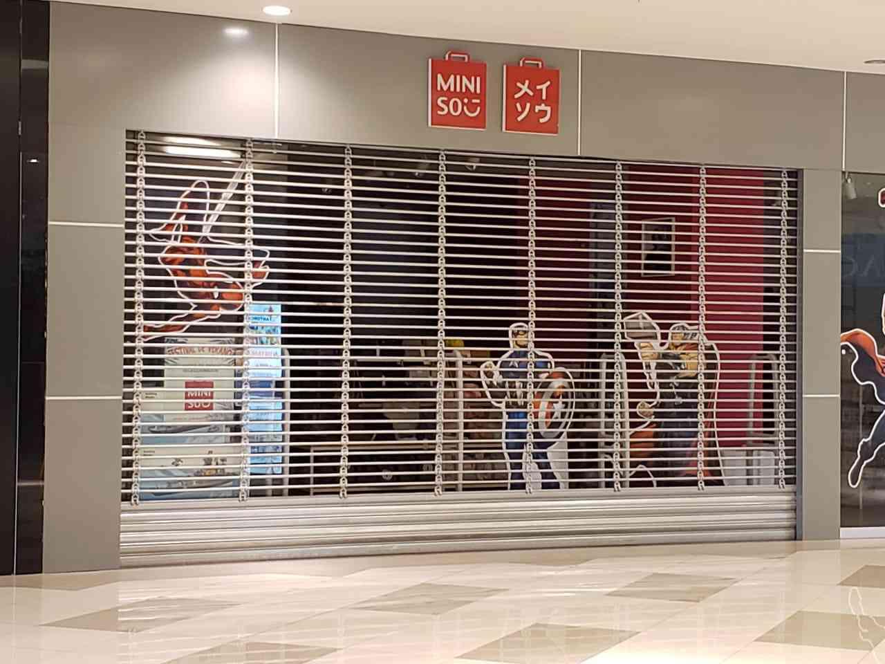 cortina arrollable tubular instalada en una tienda de centro comercial
