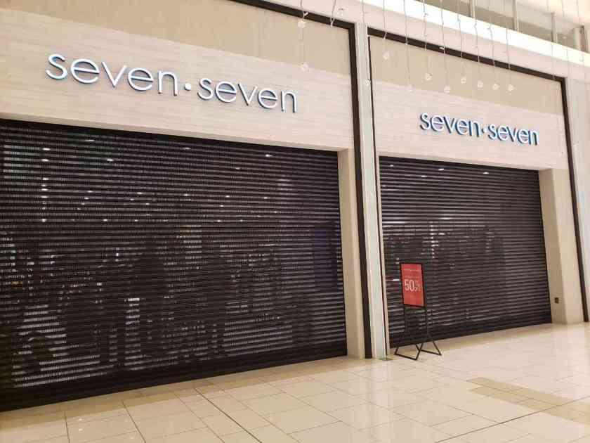cortinas metálica en centro comercial del tipo microperforada