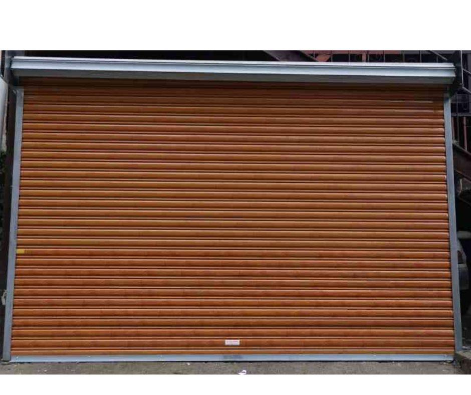 cortina imitación de madera vista de frente sin el cajón superior