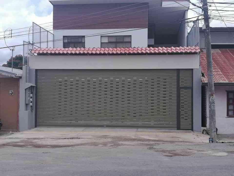 casa con cortina metalica instalada color beige  y perforada 2 metros