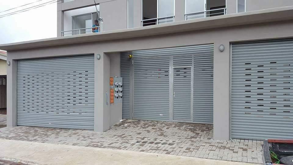 puerta metálica en material de cortina arrollable color gris