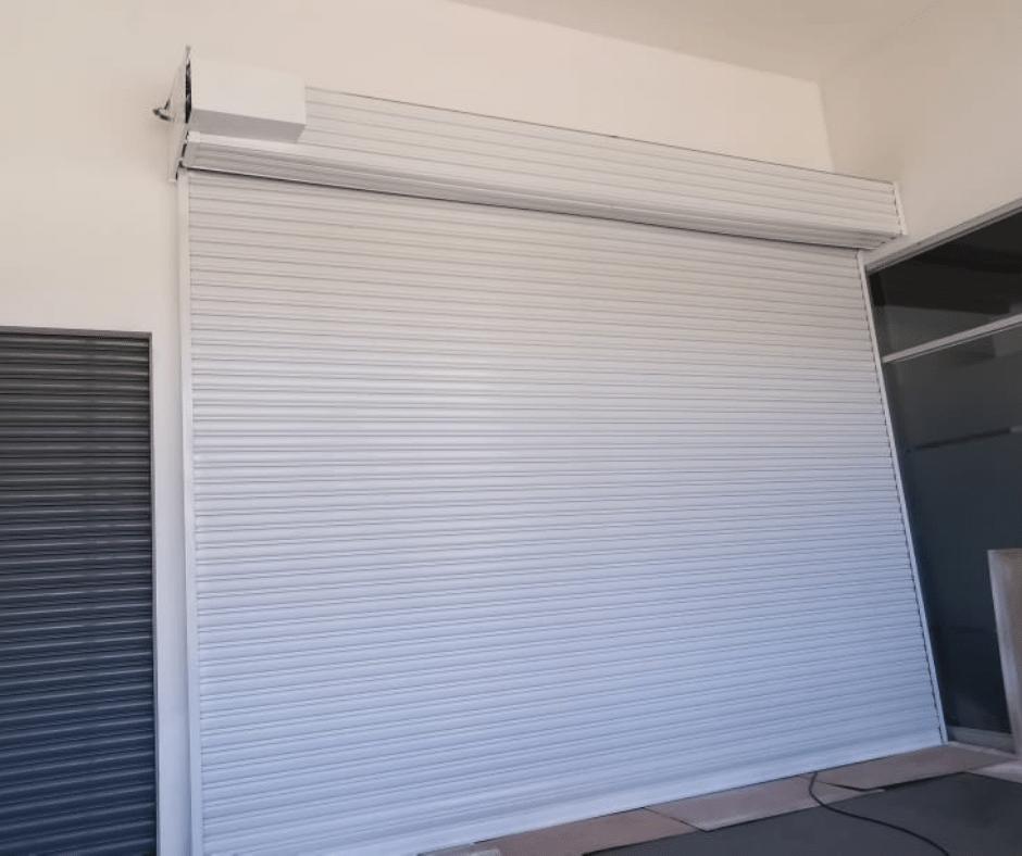 cortina metálica blanca