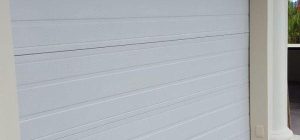 portón blanco eléctrico para reparción