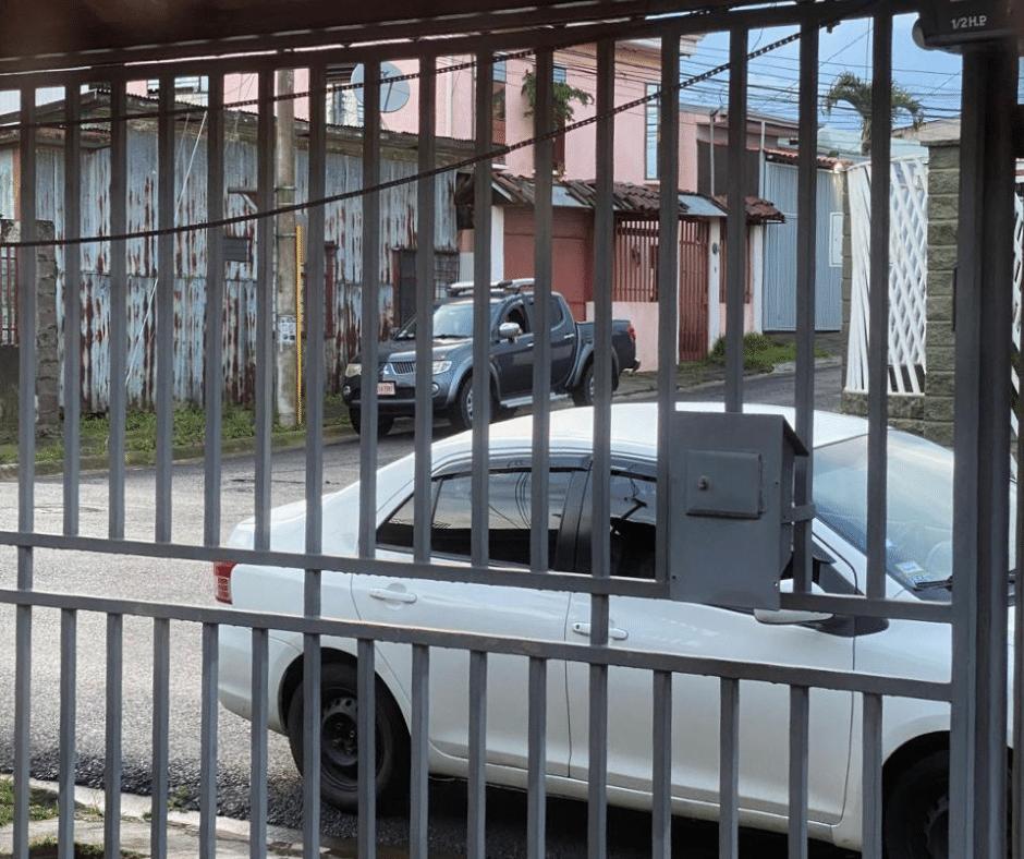 portón de hierro en mal estado